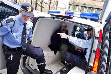 FØRT BORT: Mullah Krekar ble plassert i en politibil som ventet med dørene åpne, og raskt kjørt bort. Foto: Scanpix
