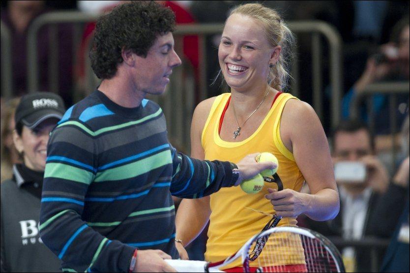 SUPERPAR: Verdenstoer i golf, Rory McIlroy (t.v.) har funnet tonen med danske Caroline Wozniacki. Her er de to under en showkamp i Madison Square Garden 5. mars i år. Foto: Reuters