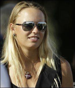 PÅ GOLFTURNERING: Caroline Wozniacki gjør som McIlroy - deltar på kjærestens arena som tilskuer. Her er hun i Dubai i februar. Foto: AP