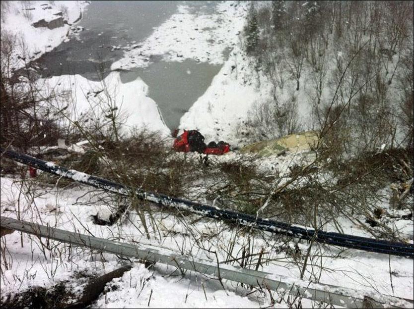 SKLED NED: Bergingsbilen og vogntoget ligger totaltvraket i bunnen av skrenten etter ulykken. Foto: Per Einar Antonsen