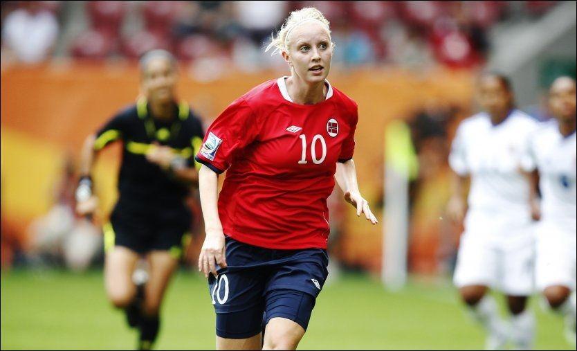 ÅPNET BALLEN: Cecilie Pedersen scoret det første målet etter åtte minutter. Det var bare starten på moroa for Norge mot Ungarn. Foto: Arkivfoto: Scanpix