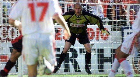 SPANIA-PROFF: Frode Olsen, her i aksjon for Sevilla i La Liga i 2000, mener ikke Barcelona får straffer lettere enn andre. Foto: Scanpix