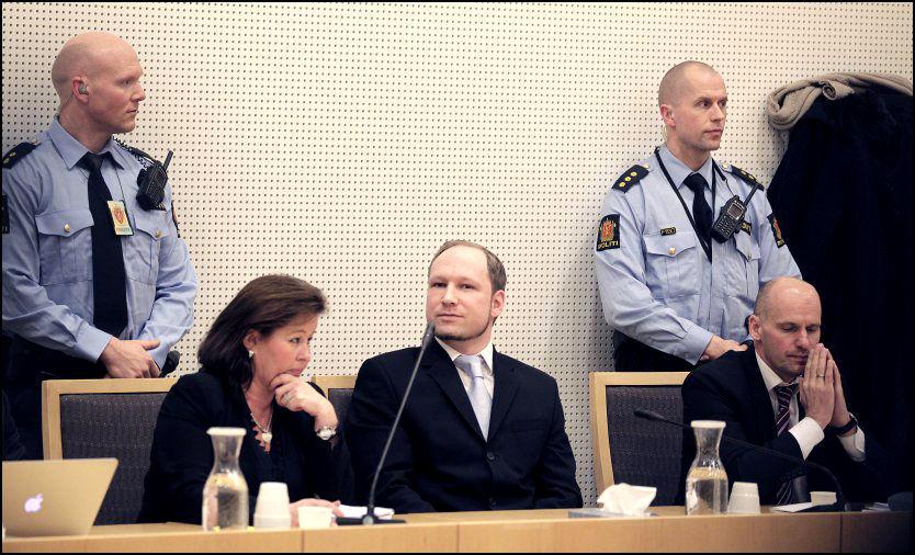 VITNELISTEN KLAR: Anders Behring Breivik har hatt mange forslag til hvem han vil ha på listen. Her avbildet under fengslingsmøtet i Oslo Tingrett, med forsvarere Vibeke Hein Bæra og Geir Lippestad. Foto: Trond Solberg