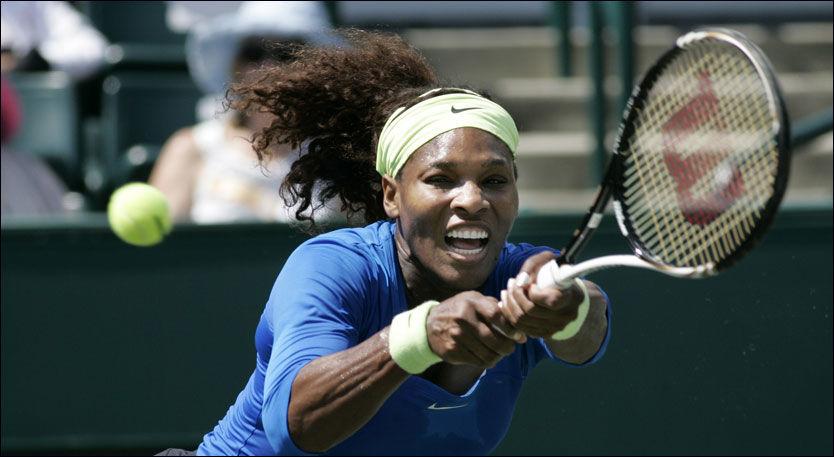 VANT: Serena Williams i aksjon i Charleston der hun knuste Marina Erakovic med 6-2, 6-2. Foto: Reuters