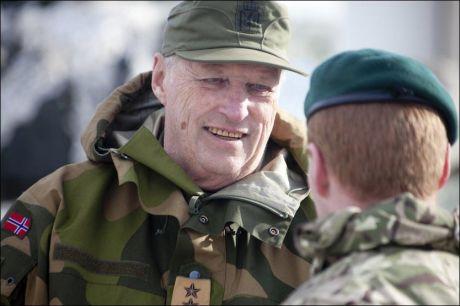 TOK SEG TID: Her avbildet da han tok seg god til til å snakke med norske soldater under vinterøvelsen Cold Response i mars. Foto: NTB Scanpix