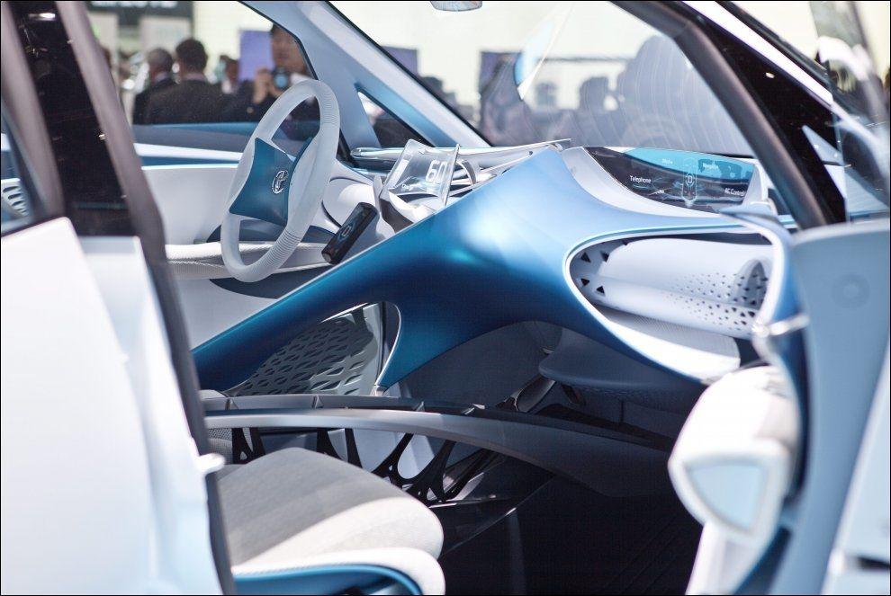 FUTURISTISK: Toyotas nye konseptbil Ft-Bh er en ekstremt lett arvtager etter suksessen Yaris. Lite tyder på at den nye produksjonsbilen vil dele interiørløsning med konseptet hvor blant annet instrumentpanelet blir projisert på et headup display og dashbordet og midtkonsollen ser mildest talt annerledes ut. Foto: Mattis Sandblad