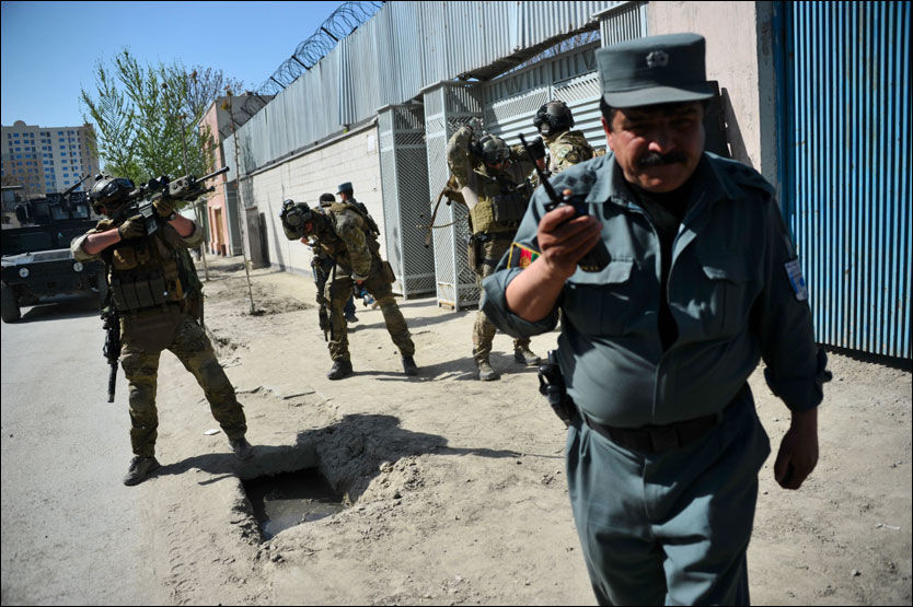 SPESIALSOLDATER: Her går norske soldater til motangrep mot opprørerne som angrep flere steder i Kabul søndag. De deltar som et ledd i mentoreringsoppdraget for den afghanske elitepolitienheten CRU. Foto: AFP