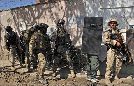 SIDE OM SIDE: Afghanske og norske soldater opererer sammen i Kabul. Foto: MASSOUD HOSSAINI