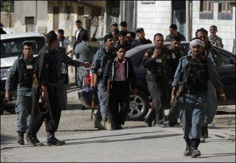 RASKT PÅ PLASS: Afghanske sikkerhetsstyrker ankommer et av åstedene for søndagens Taliban-angrep. Foto: AP