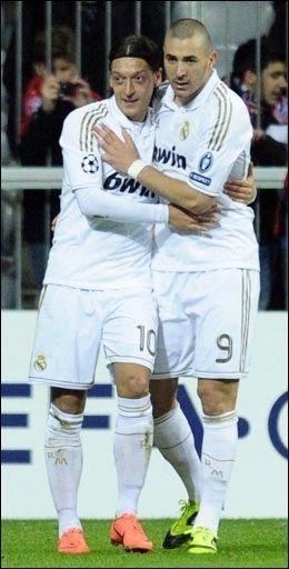 SPANSK GLEDE: Mesut Özil og Karim Benzema (t.h.) etter utlikningen til 1-1. Foto: AFP