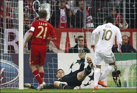 1-1: Her setter Mesut Özil ballen enkelt i åpent mål bak en utspilt Bayern-keeper like etter pausen. Foto: Reuters