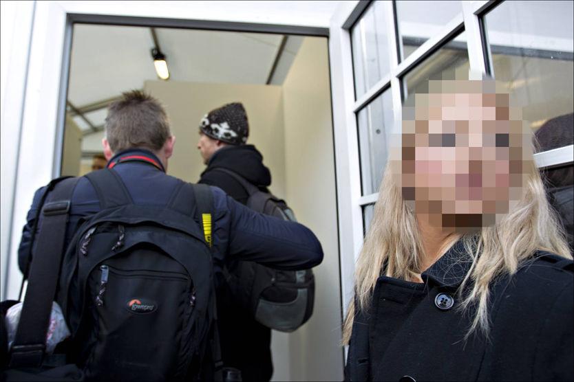 BORTVIST: Her er den tyske kvinnen fotografert i det hun forsøker å få tilgang til rettssaken i Oslo tingrett. Foto: GISLE ODDSTAD/VG