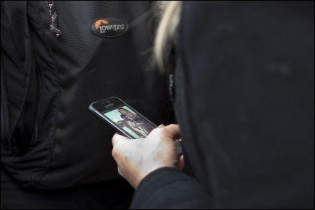 BREIVIK-BILDE: Kvinnen holdt en mobiltelefon i hånden som hadde et skjermsparer-bilde av Anders Behring Breivik med våpen. Foto: GISLE ODDSTAD/VG