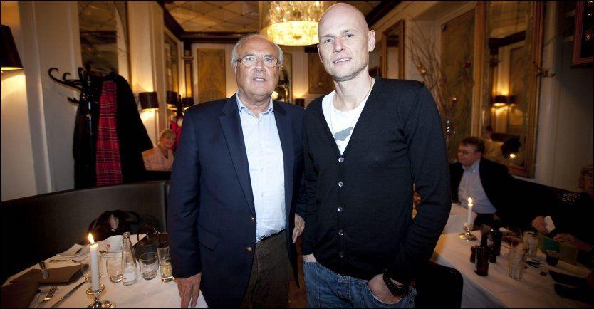 TETTE BÅND: Her er Ståle Solbakken sammen med den mektige Flemming Østergaard inne på hans restaurant i 2009. Foto: FOTO: GEIR OLSEN/VG