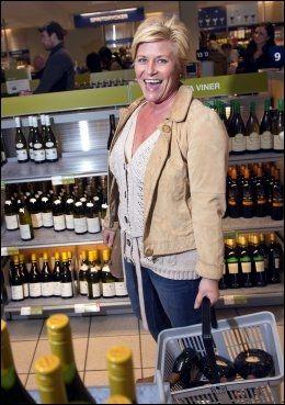 BARE VIN: Siv Jensen sier hun sjelden kjøper annen drikke enn vin når hun handler alkohol i utlandet. - Jeg er veldig glad i rosévin, sier hun. Foto: Espen Braata