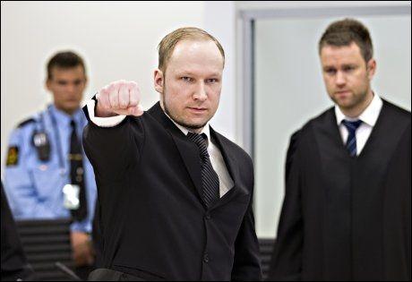 HILSEN: Breivik har blitt bedt om å slutte å gjøre sin høyreekstreme hilsen i retten. Foto: Gisle Oddstad/VG
