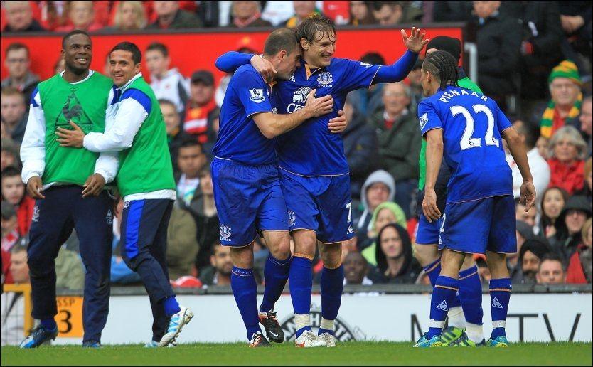DRAMATIKK: Nikica Jelavic og Steven Pienaar sørget i løpet av to minutter for at Everton fikk med seg ett poeng fra Old Trafford. Foto: Pa Photos