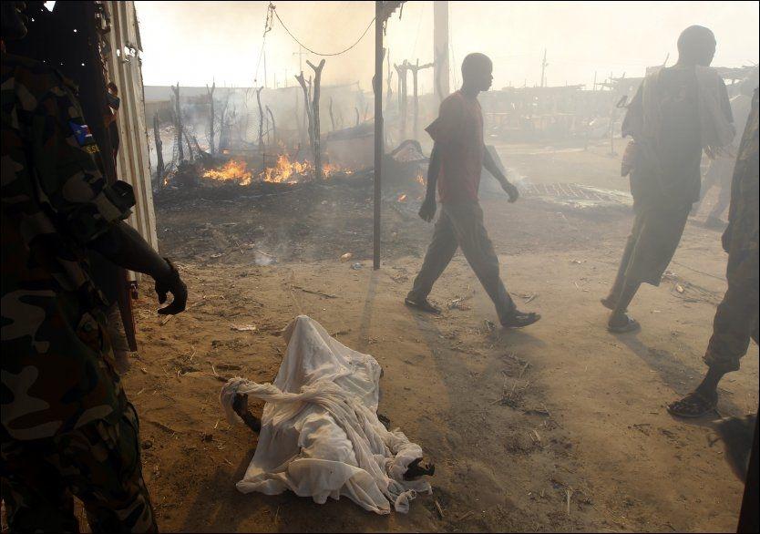 DREPT: Markedsplassen i Bentiu ble ødelagt av luftangrep fra Sudan. De overlevende jobber med å finne og dekke til kroppene til de omkomne. Foto: Goran Tomasevic, Reuters, NTB Scanpix