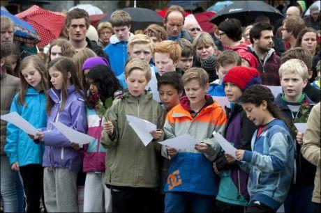 SANG: Omkring 1000 personer møtte opp ved den Blå Stein på Torgalmenningen i Bergen for å synge Barn av regnbuen som en protest mot Anders Behring Breivik. Sangen ble sunget flere ganger. Foto: Tor Erik H. Mathiesen / NTB Scanpix