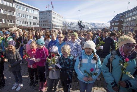 ALLSANG: Stortorget i Tromsø var nesten fylt til randen da flere hundre stilte opp med roser og sang med i «Barn av regnbuen» som en protest mot Anders Behring Breivik. Foto: Jan-Morten Bjørnbakk / NTB scanpix