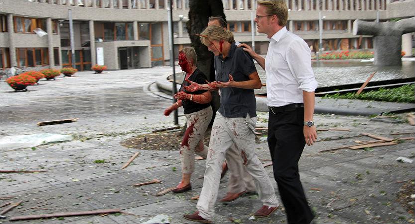 PÅ VEI UT: Her har Sissel Wilsgård (t.v.) og Line Nærsnes fått hjelp av en mann som leder dem bort fra Høyblokka og over på andre siden av Akersgata. Foto: JARLE BRENNA
