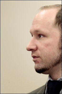 VISTE INGEN FØLELSER: Anders Behring Breivik viste ingen tegn til følelser da terrorofrene fra Regjeringskvartalet vitnet i retten torsdag. Foto: NTB SCANPIX