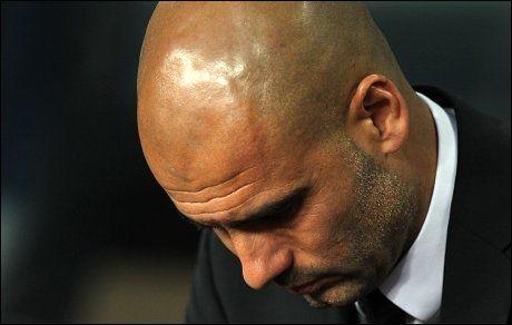 NEDBRUTT: Pep Guardiola henger med hodet under oppgjøret mot Chelsea på tirsdag. Foto: Scanpix/PA Foto: