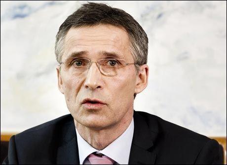 GÅR NEDOVER: Statsminister Jens Stoltenberg (Ap) under en pressekonferanse på Stortinget i mars i år. Foto: Frode Hansen, VG