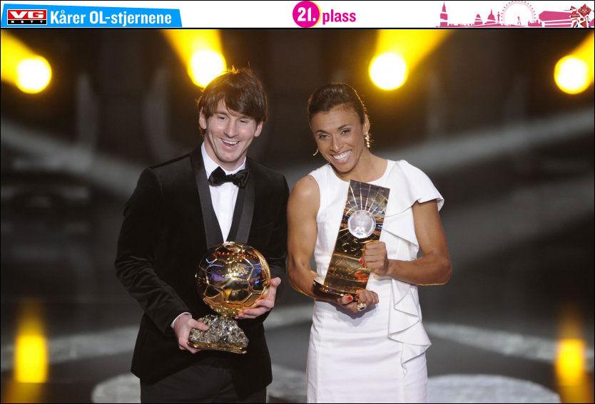 VERDENS BESTE: Marta (t.h.) og Lionel Messi får beviset på at de er kåret til verdens beste fotballspillere i 2010. Foto: FABRICE COFFRINI / AFP