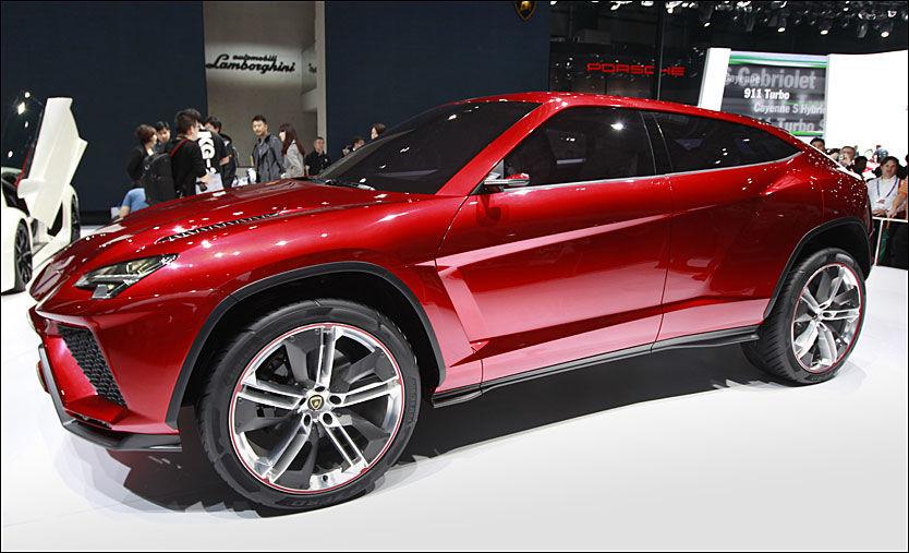 LAMBO-SUV: Med 600 hestekrefter under panseret lanserte supersportsbilprodusenten Lamborghini sitt SUV-konsept Urus. Utseende minner kanskje mest om en BMW X6. Den fem meter lange bilen er bare 1,66 meter høy, men er til gjengjeld hele to meter bred. Foto: AP