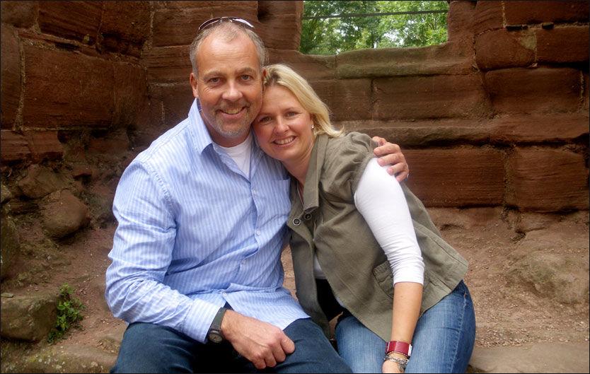 FAMILIEN: Hele familien til John Sörbö er informert om pågripelsen i Sudan. Her er den norske hjelpearbeideren avbildet sammen med kona Rebecca. Foto: PRIVAT