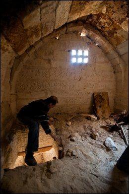 I FUGLEFJELLET: Over hele Cappadocia har fjellvegger blitt hulet ut og brukt til dueslag. Osman Airici viser vei opp et hulesystem på ni (!) etasjer. Det tilhørte Ortahisars rikeste mann. Foto: GJERMUND GLESNES / VG