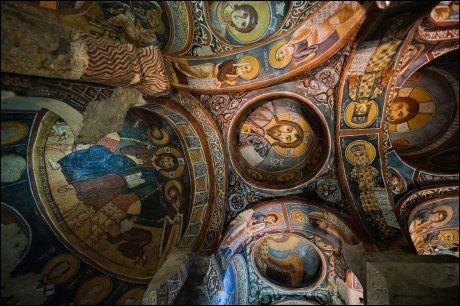 VEGGPRYD: Det fins mange flotte grottekirker i Cappadocia. «Den svarte kirken» i Göreme Open-Air Museum er trolig den aller flotteste. Foto: GJERMUND GLESNES / VG