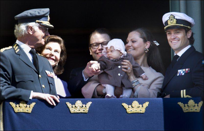 STOLT MORFAR: Kong Carl Gustaf sendte ømme blikk til barnebarnet, lille prinsesse estelle, på balkongen påStockholms slott i dag. Det var monarkens bursdag, men samtidig liten tvil om hvem som sto i sentrum. Foto: Scanpix