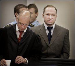 I RETTEN: Anders Behring Breivik sammen med sin advokat Geir Lippestad. Foto: MATTIS SANDBLAD / VG