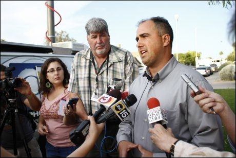 POLITI: Overbetjent i politiet i Gilbert, Bill Balafas informerte om ugjeringen til pressen ikke langt fra åstedet. Foto: Joshua Scott, Reuters, NTB Scanpix