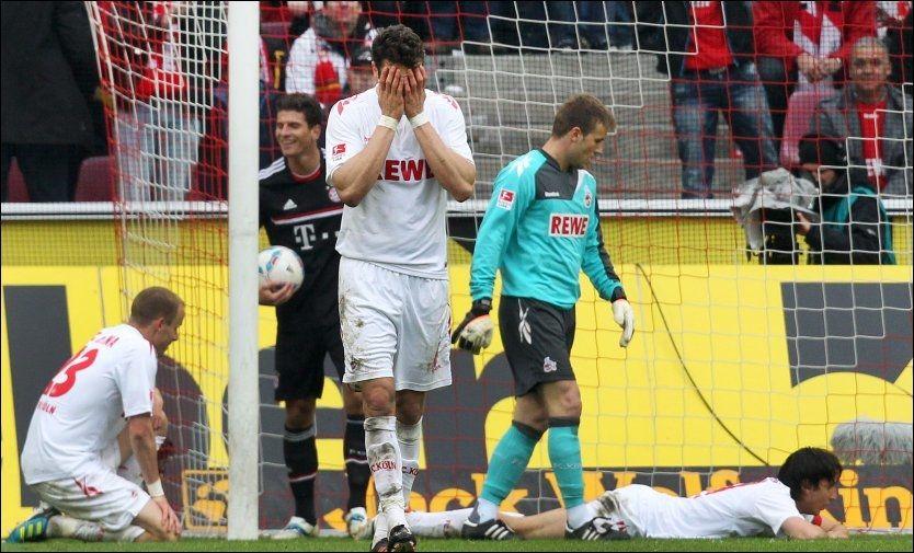 SELVMÅL OG NEDRYKK: Köln-spillerne er helt utslått etter et selvmål som sørget for 0-2. Etter å ha tapt 1-4 må laget ned en divisjon. Foto: AP