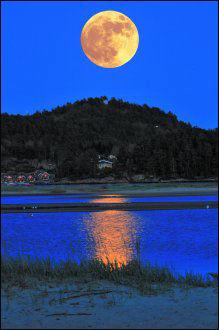 SØGNE: Reidar fra Søgne sikret seg bildet av månen over Åroslandet i Søgne. Foto: Leserbilde