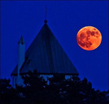 HUK: - Minutter etter måneoppgangen passerer den tårnet på HL-senteret, skriver Sune fra Oslo. Bildet har hun tatt på Huk i Oslo. Foto: Sune Wendelboe