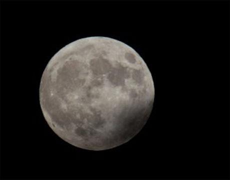 MOLDE: - Skyene lettet ut på kvelden og månen lyste opp så hele landskapet ble synlig, skriver Perfra Molde. Foto: Leserbilde