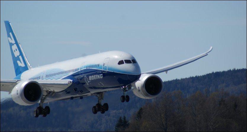 SAS-TESTES: De innkjøpsansvarlige i SAS var med ombord da Boeings 787 Dreamliner fredag forlot Norge - og satte kursen for Taranto i Sør-Italia på sin pågående verdensturnè. Foto: JAN OVIND