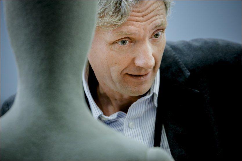 DUKKE: Rettsmedisiner Per Hoff-Olsen er en av dem som forklarer retten hvordan ungdommene på Utøya døde. Det gjør han på en kort, men verdig måte. Han står bak dukken som blir brukt til å illustrere skuddskader. Foto: KRISTER SØRBØ, NTB SCANPIX