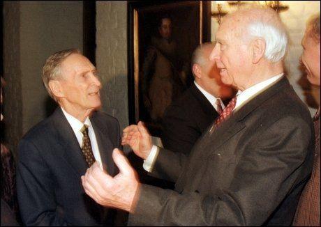 MOTSTANDSKJEMPENE: Gunnar Sønsteby og Jens Christian Hauge var to av Norges aller fremste menn under motstandskampen mot Nazi-Tyskland. Her er de to fotografert sammen i 1998. Foto: Knut Falch / NTB scanpix