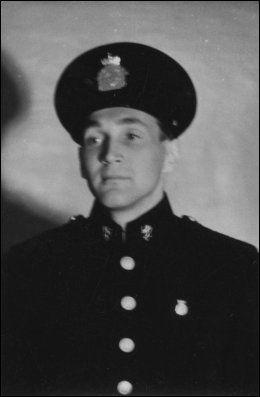 FORKLEDNING: Her er Gunnar Sønsteby fotografert i okkupasjonstiden. Han brukte tidvis å kle seg ut som politi for å utføre operasjoner og unngå å bli fanget av Gestapo. Foto: Privat