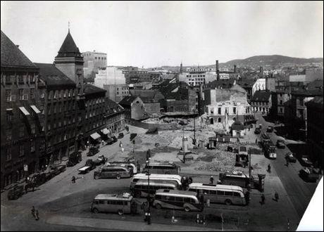 SABOTERTE NSB: Som leder av Oslogjengen deltok Gunnar Sønsteby i flere sabotasjeaksjoner. Blant annet ble Statsbanenes administrasjonsbygg ved Jernbanetorget sprengt 15. mars 1945. På bildet sees ruinene av bygget og Jernbanetorget senere samme år. Foto: Oslo byarkiv