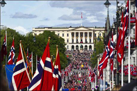 MULIGHET FOR PENT VÆR: Det er områdene rundt Østlandet og Finnmark som har de beste værprognosene. Bildet er fra feiringen på Karl Johans gate i Oslo i fjor. FOTO: FRODE HANSEN/ VG