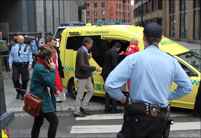 KJØRT BORT: Personen som kastet sko på Breivik ble kjørt bort i en ambulanse. Foto: Tim Peters