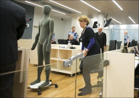 OVERRASKET: Anders Behring Breivik virket tydelig overrasket etter at han fikk skoen kastet mot seg. Foto: HEIKO JUNGE, NTB SCANPIX