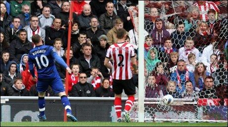 HADDE OVERTAKET: Manchester United hadde seriegullet i lomma, etter at QPR snudde mot Manchester City og Wayne Rooney sendte United i føringen mot Sunderland. Foto: Ap