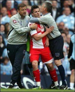 SÅ RØDT: Det kokte over for Joey Barton på Etihad stadion. QPR-kapteinen fikk rødt kort etter å ha satt albuen i ansiktet på Carlos Tevez, så sparket han til Sergio Agüero og måtte roes ned på vei ut av banen. Foto: Pa Photos